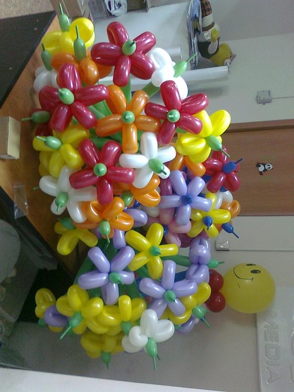 Весенние цветы из шаров